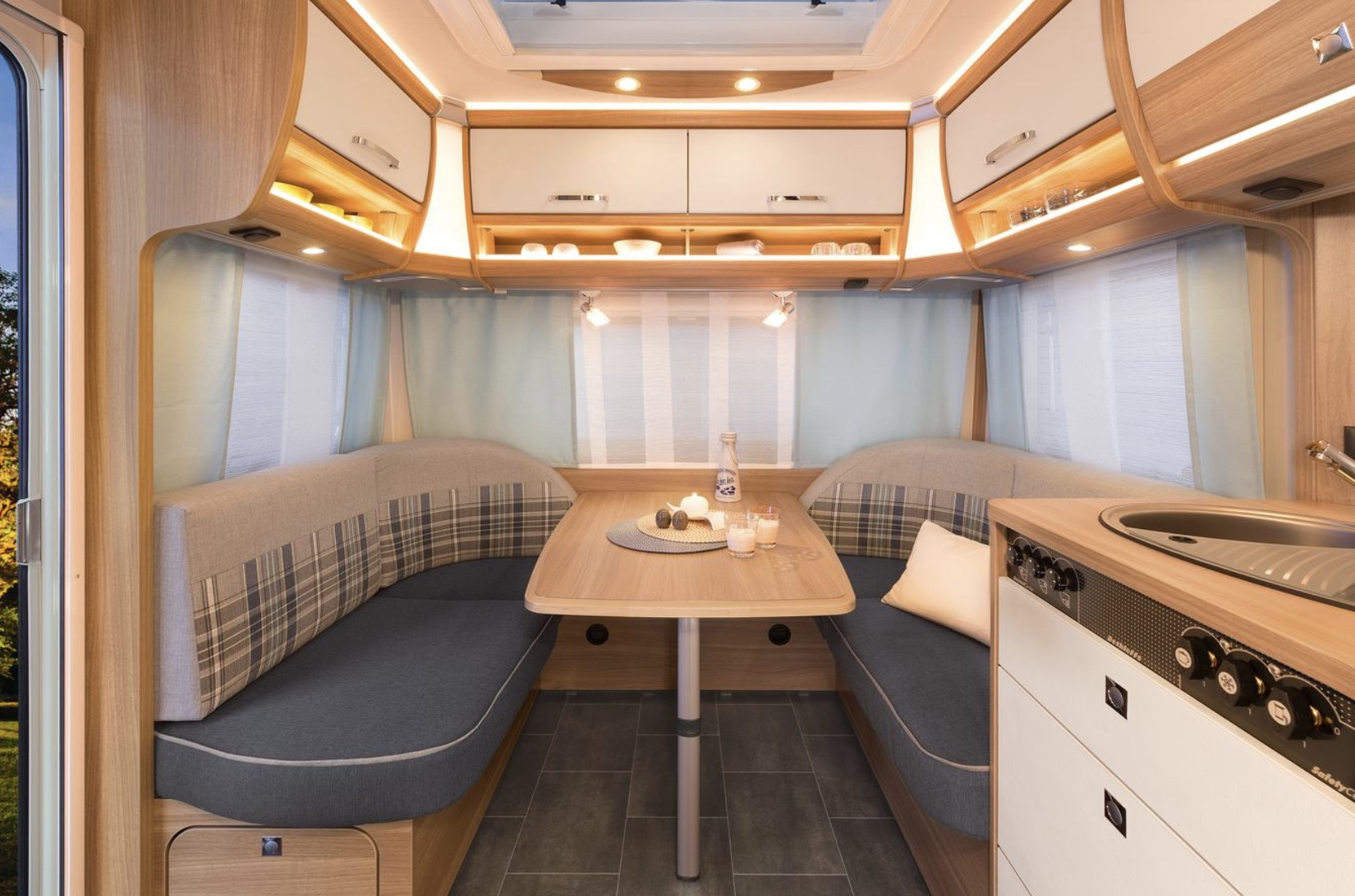 camper interieur new - Face2Face Travel